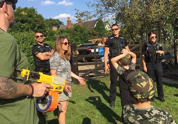 有爱!英警方接到举报后陪孩子共度玩具枪生日派对