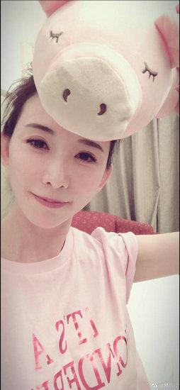 林志玲头顶玩偶玩自拍 笑容甜美表情可爱