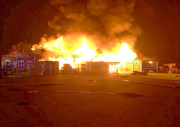 英国一小学凌晨突发大火 学生开学被迫去其他学校