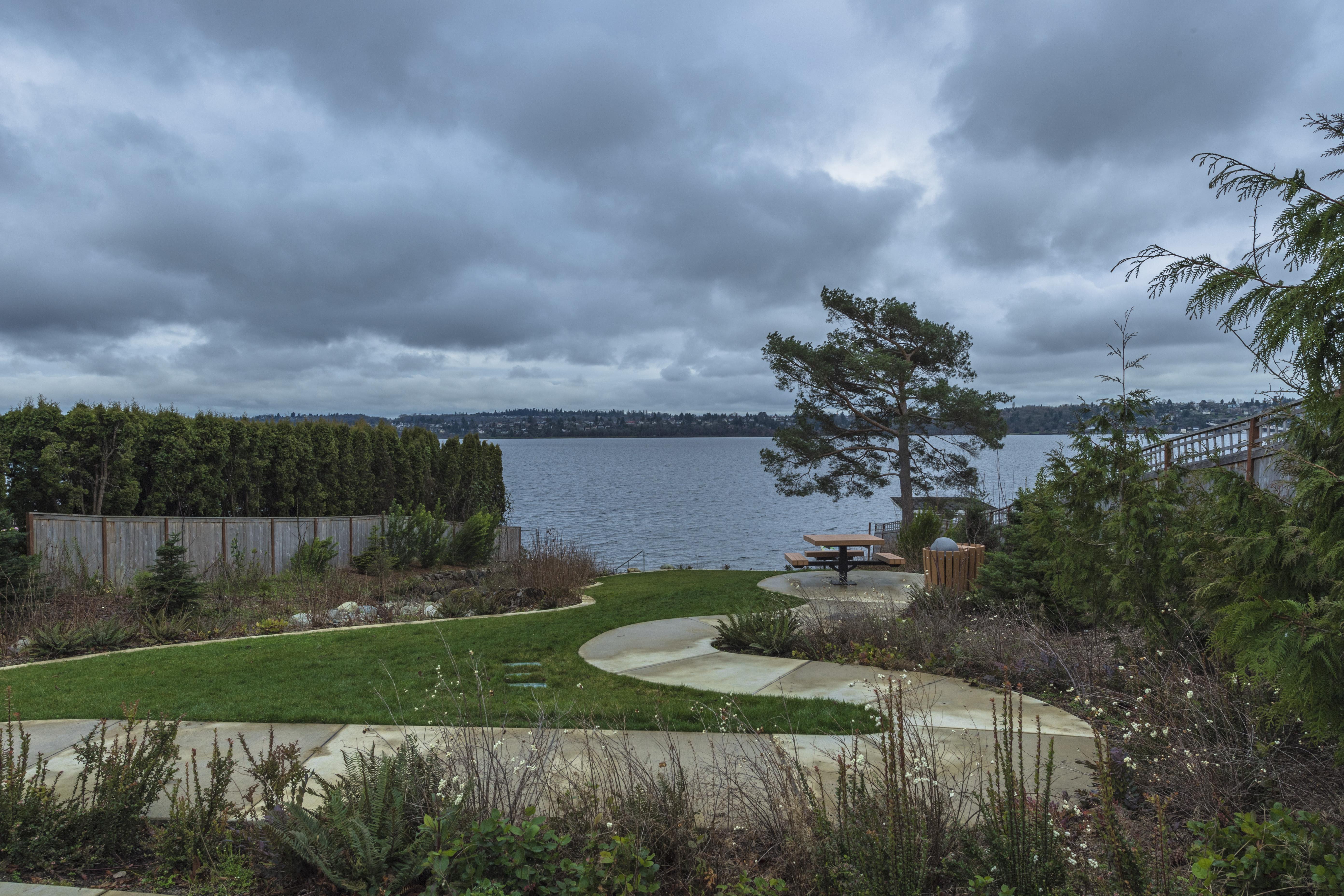 比尔盖茨在西雅图的水岸豪宅,就在这个叫华盛顿湖的岸边