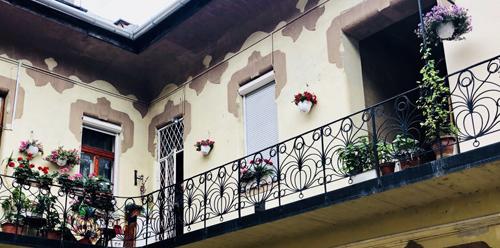 【布达佩斯印象】阳台花丛中的美丽生活