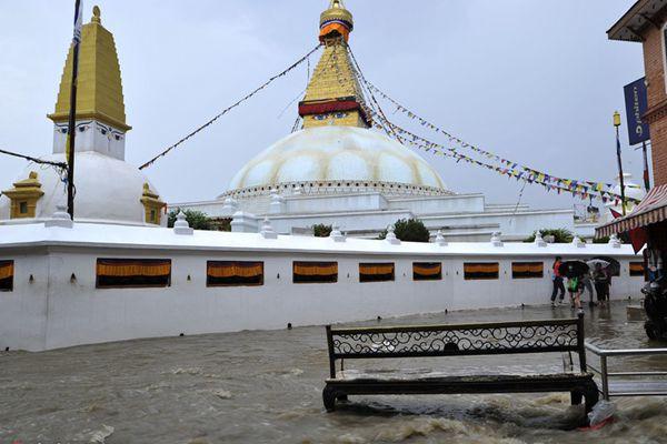 尼泊尔遭遇暴雨引发内涝 近千年古塔被淹