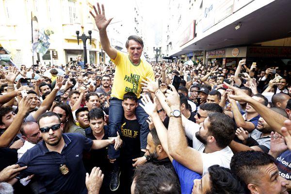 巴西总统候选人博尔索纳出席竞选活动 遭遇持刀袭击受伤
