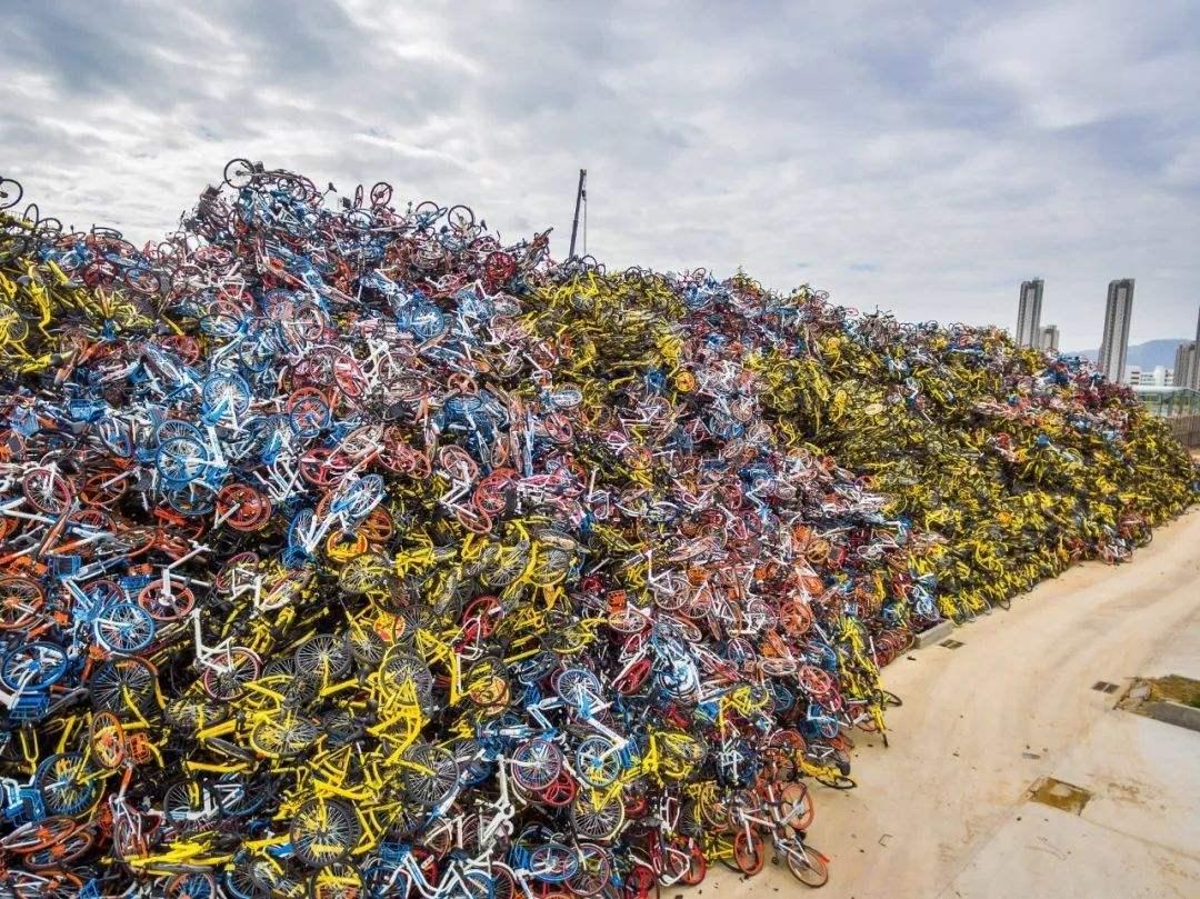废旧共享单车岂能胡堆乱放 对停放回收要精细化管理