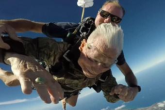 百岁二战老兵用跳伞庆生 4000多米高空一跃而下