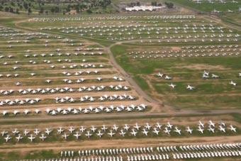 """航拍美军""""战机坟场"""" 5000架战机看得人眼馋"""