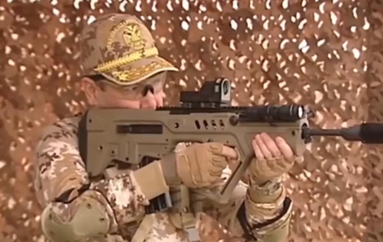 土库曼斯坦总统全副武装秀枪法 手枪步枪全命中