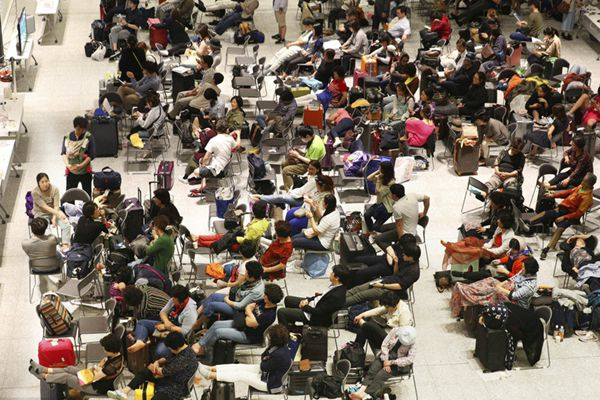 日本北海道地震受灾严重 外国游客和民众前往疏散中心避难