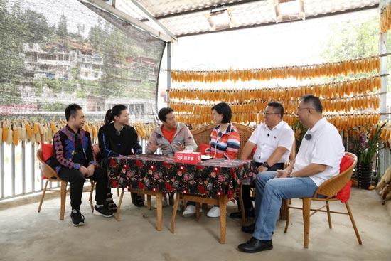 霍尊体验给鸡打疫苗 蔡国庆劝说合作遭拒绝