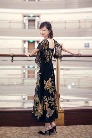 王丽坤亮相ELLE风尚大典  上海之巅展优雅身姿