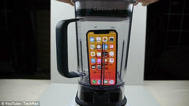 国外视频博主将iPhone X放入榨汁机 绞碎后欲喝掉