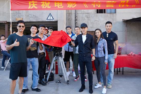 贾乃亮干练简装现身电影《特警队》开机仪式