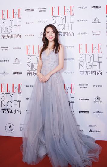 [星娱闻]王晓晨现身风尚大典 深V薄纱长裙优雅性感