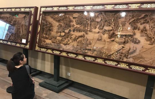 通雕《清明上河图》亮相广州 木雕艺术引赞叹