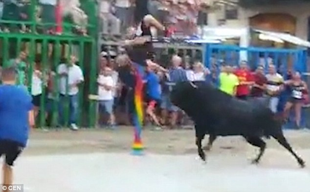 西班牙斗牛节上公牛致三人受伤 一人被顶飞