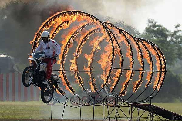 印度士兵进行特技训练 骑摩托跳火圈场面惊险