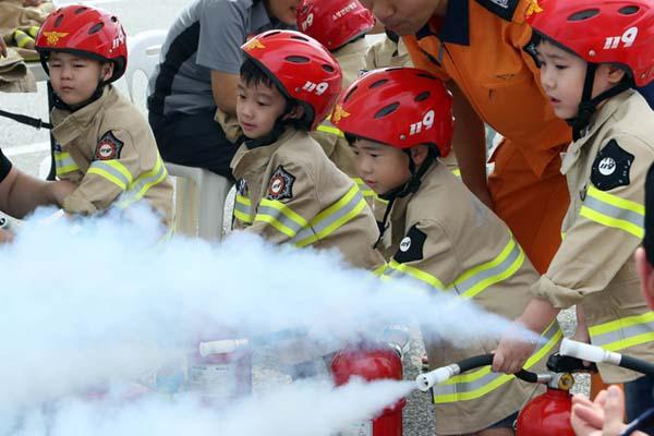 韩国大田举行安全体验活动 小萌娃化身小小消防员有模有样