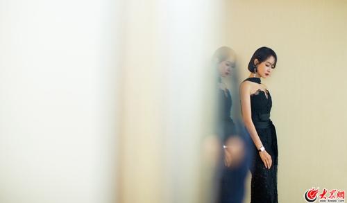 宋茜亮相ELLE风尚大典 黑色蕾丝长裙简约优雅