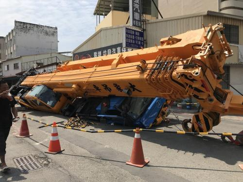 台南市路面塌陷吊车入坑 分析称与豪雨无关(图)