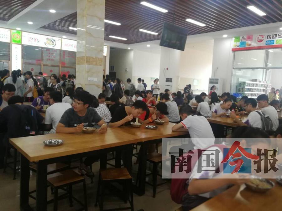 学生去食堂打饭靠抢?柳州一中新校区问题不少