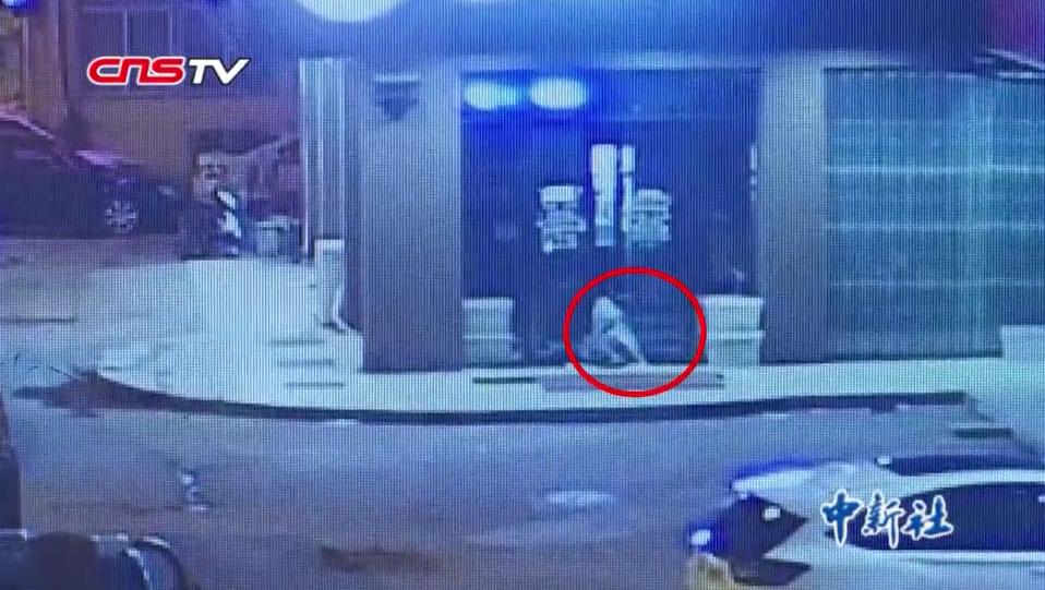 为迷惑监控录像 十八岁小伙偷窃时女装上阵