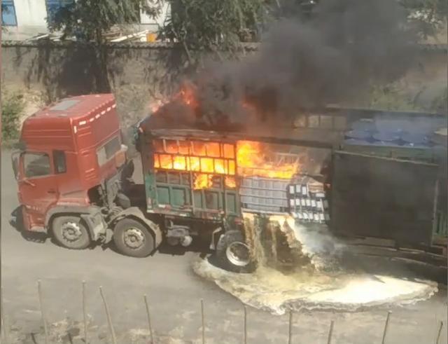 化学品运输车起火 多次爆炸火光冲天
