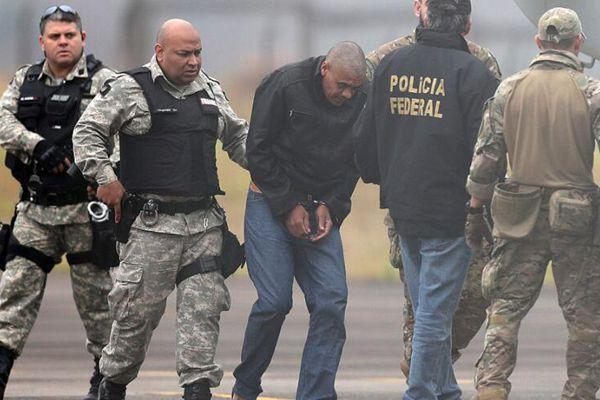 巴西警方押送刺伤总统候选人嫌犯前往监狱