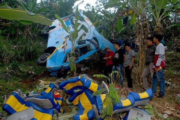 印尼一载有37名乘客的巴士翻车 至少21人遇难