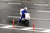 日本外卖小哥台风中送外卖风雨无阻