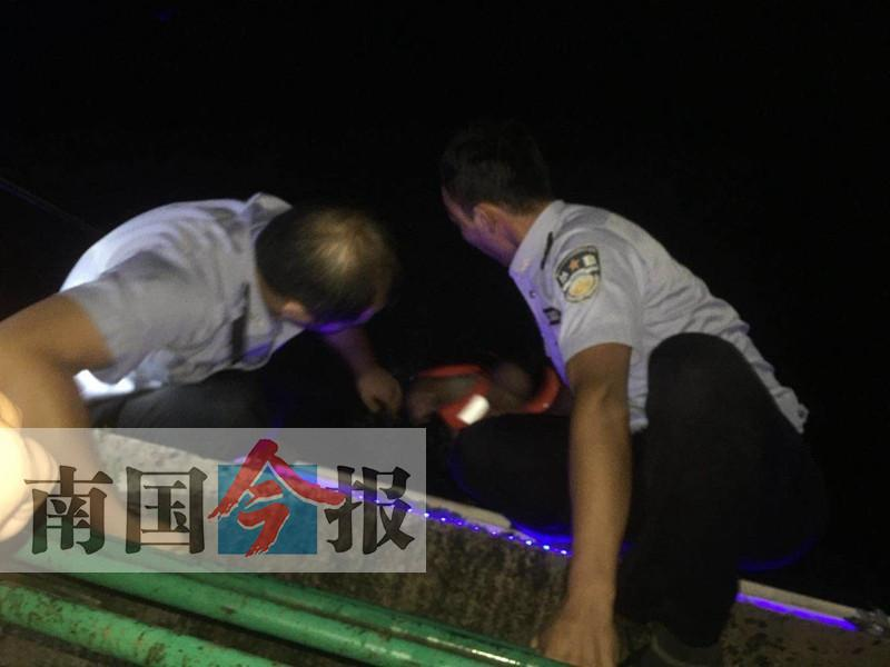 惊险!柳州三名初中女生租皮艇下河被浪打翻