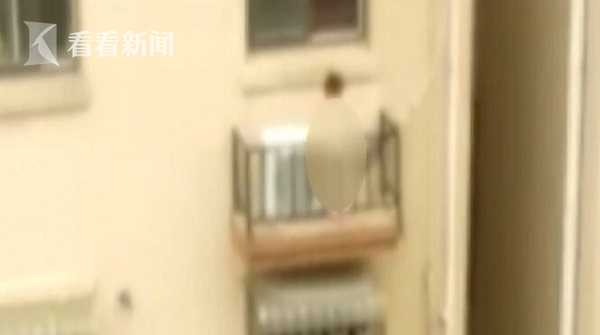 """惊险!女童被困4楼高空 两名""""蜘蛛侠""""爬窗救人"""