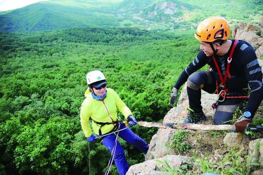 黑龙江省户外救援队进山演练,岩壁上演绳索崖降
