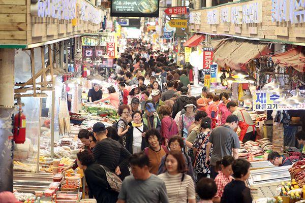 韩国中秋街市热闹开街 顾客摩肩接踵