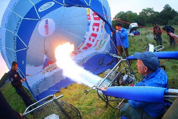 俄罗斯:热气球穿越东博斯普鲁斯海峡 迎接东方经济论坛