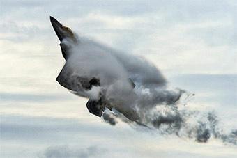 美军F22战斗机为飞行表演做训练时展示超强机动