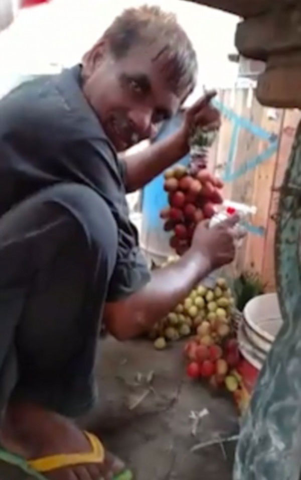 巴基斯坦商贩偷将青葡萄染成红色售卖 被当场发现