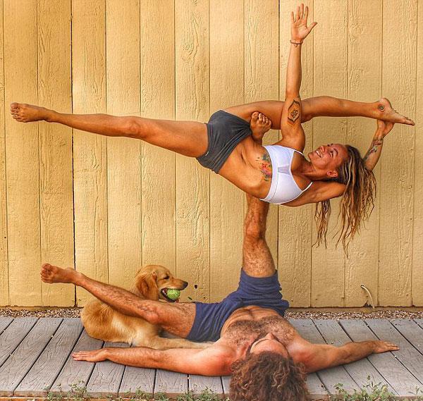 美瑜伽情侣晒照秀高难度姿势走红网络