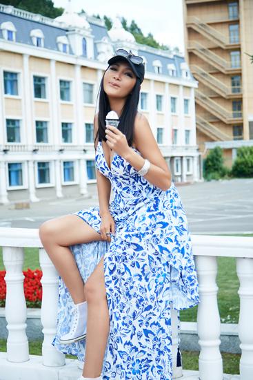 [星娱闻]夏日出游怎么穿 张咪打造轻便度假风