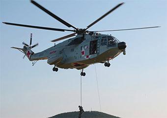 海军陆战队搭直升机训练快速索降