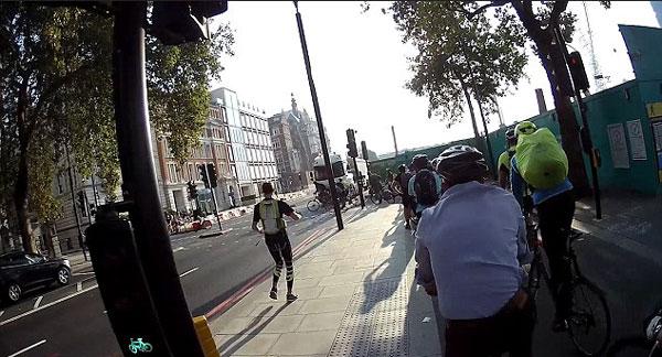 惊险一幕!伦敦街头一卡车企图闯红灯险些撞上骑车者