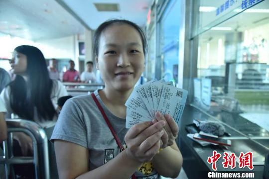 福州市民购买广深港高铁跨境列车票:票价不贵时间也快