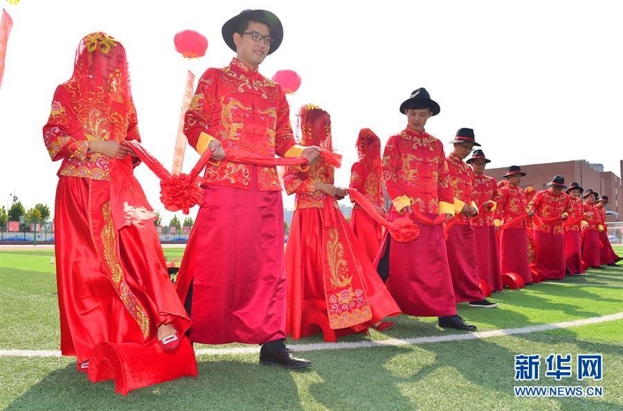 河北一学校教师办集体婚礼 迎接教师节