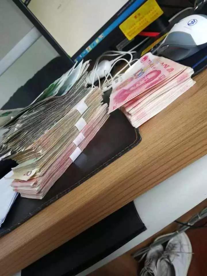 男子砸路虎车偷走一大袋现金 第二天自首:钱太多了