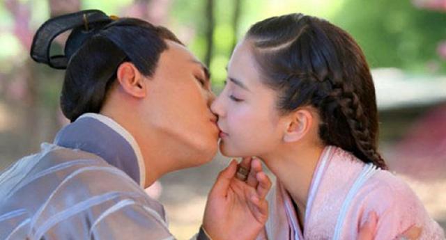电影吻戏的道具,杨颖的保鲜膜,万茜的饺子,而李小璐吻薛之谦的最让人服气!