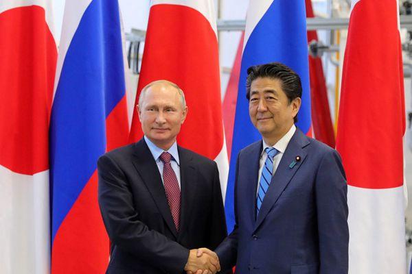 安倍抵俄出席东方经济论坛 与普京举行会面