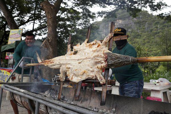 泰国老板做起烧烤鳄鱼生意,打开美食新世界的大门?