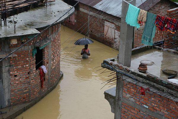 印度持续降雨洪水淹没街道房屋 民众趟水出行