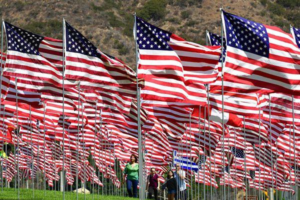 """美国大学树起2997面国旗 悼念""""911""""恐怖袭击遇难者"""