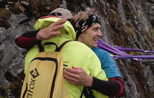 刺激!德男子挪威湖上空挑战2800米走绳索