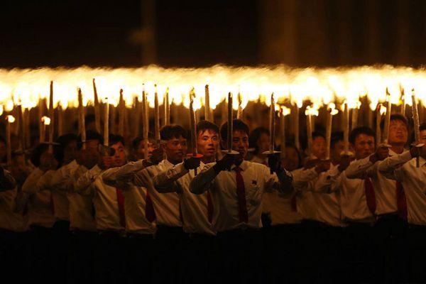 庆祝建国70周年,平壤金日成广场举行火炬游行